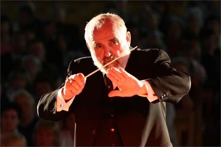 Tadeusz Grudziński - założyciel Orkiestry i jej długoletni dyrygent. Komponował, aranżował oraz uczył gry na wielu instrumentach. Od młodzieńczych lat związany był zawodowo z muzyką.